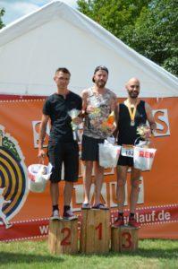 Foto Siegerehrung Halbmarathon Männer des 2. Schlossinsellaufs 2019 in Lübben auf der Schlossinsel