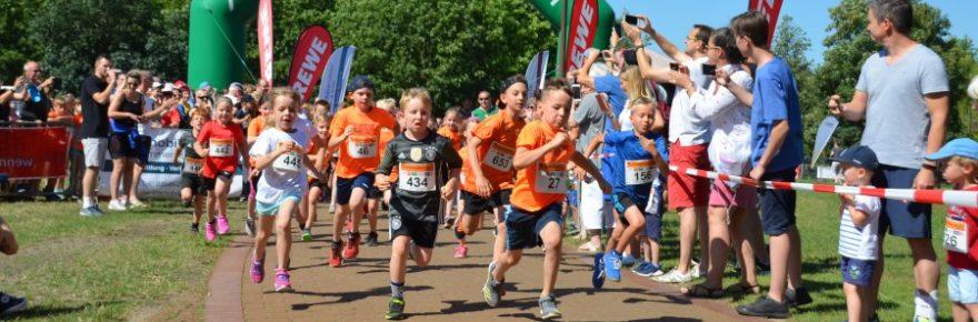 Laufende Kinder beim Start des Schlossinsellaufs